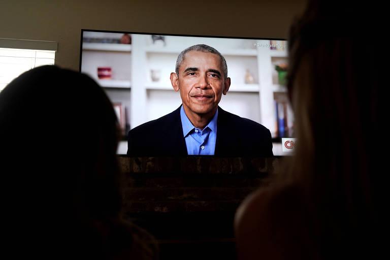 obama sendo assistido em tv por meninas