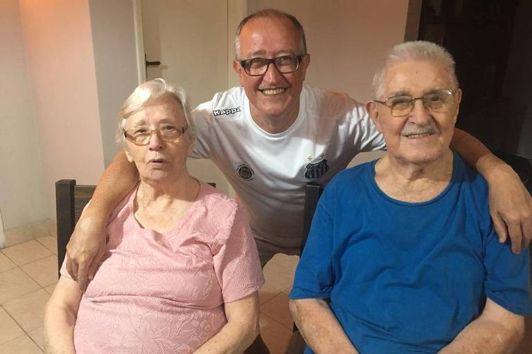 José Caneda Álvarez (1924-2020), de azul, com a esposa e o filho