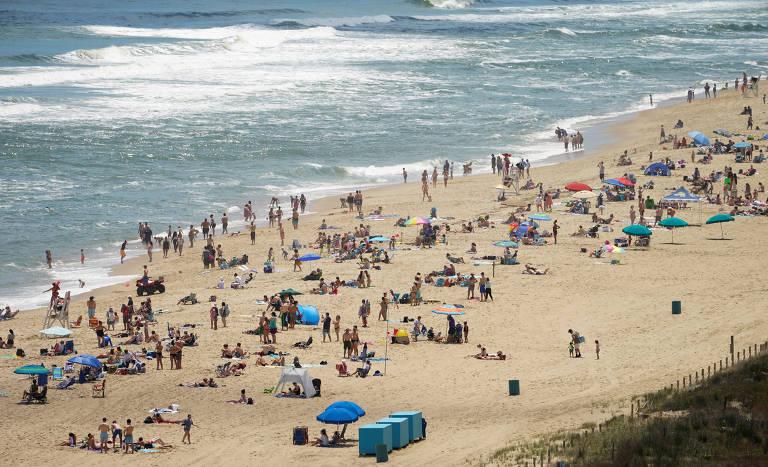 Foto do aldo mostra praia cheia de banhistas