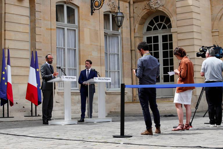 O primeiro-ministro francês, Edouard Philippe (esq.) anuncia data do segundo turno das eleições municipais do país junto com o ministro do Interior, Christophe Castaner