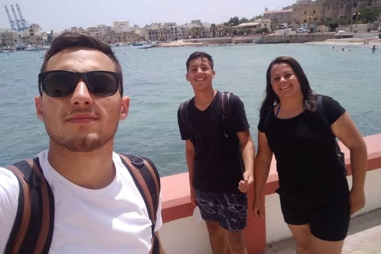 A auxiliar administrativa Franciele da Silveira, 35, com os dois filhos em Malta