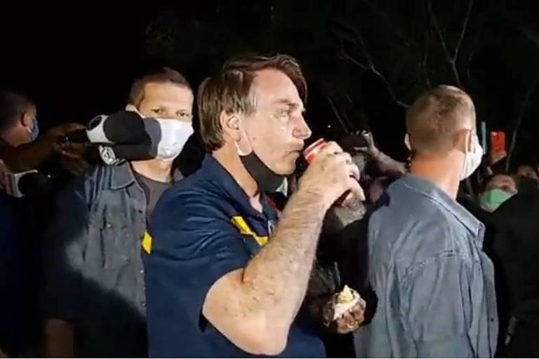 O presidente Jair Bolsonaro vai a barraca de cachorro-quente e tira fotos com apoiadores na noite deste sábado (23.mai.2020), em Brasília