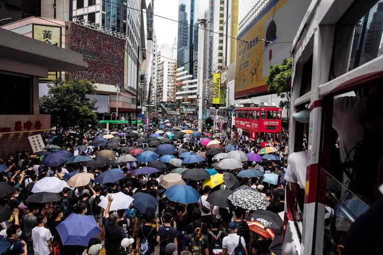 Manifestantes pró-democracia na região de Causeway Bay, em Hong Kong, neste domingo