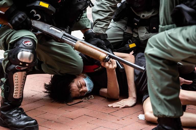 Ativista pró-democracia é preso por policiais durante protesto em Causeway Bay, Hong Kong