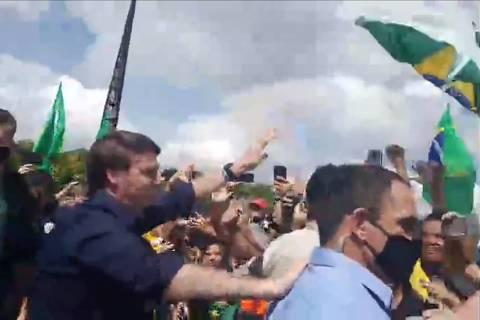 Bolsonaro ataca STF e participa de aglomeração com faixas contra Congresso e Judiciário