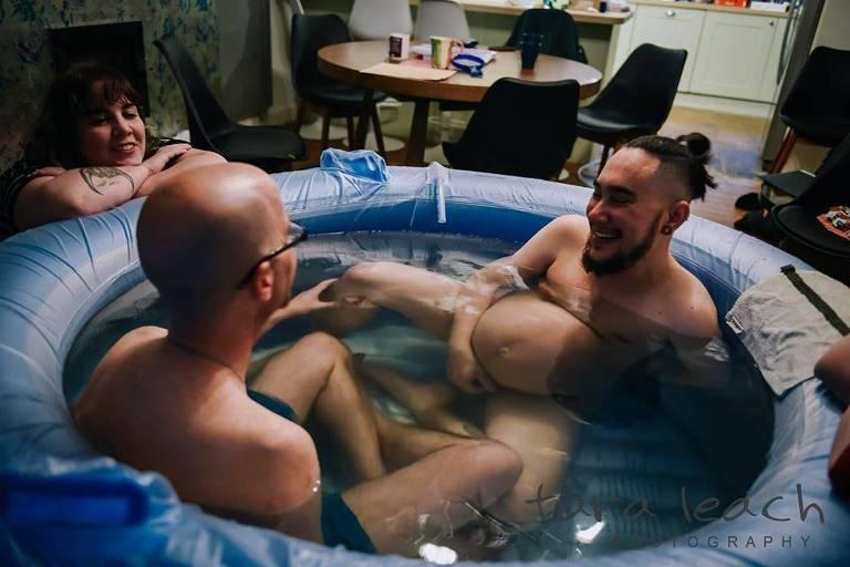 Homem trans compartilha fotos emocionantes do seu parto