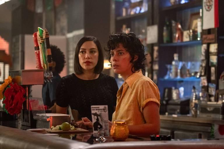 """O bar em """"Vida"""" reflete a flexibilidade de muitos bares lésbicos modernos. """"É um bar lésbico, mas também é um bar gay, e também é um bar misto"""", disse Roberta Colindrez (à dir., com Mishel Prada)"""