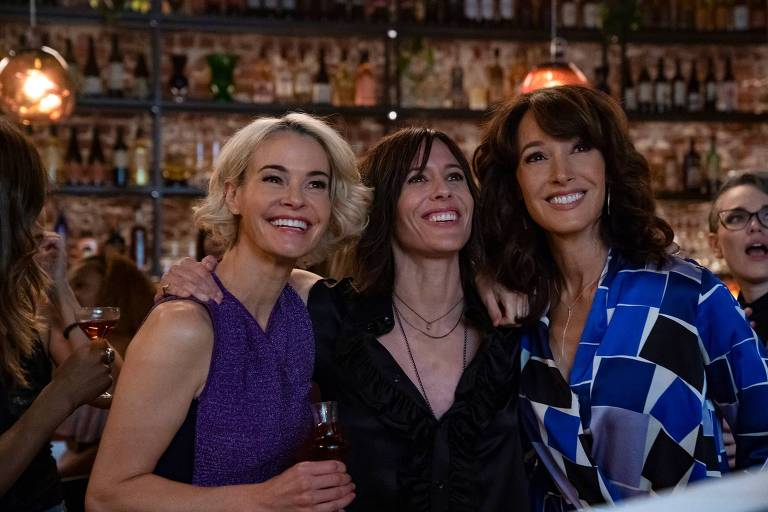 """Shane (interpretado por Katherine Moennig, no centro, com Leisha Hailey, à esq., e Jennifer Beals) transforma um bar de esportes de Los Angeles em um bar de lésbicas sofisticado em """"The L Word: Generation Q."""""""