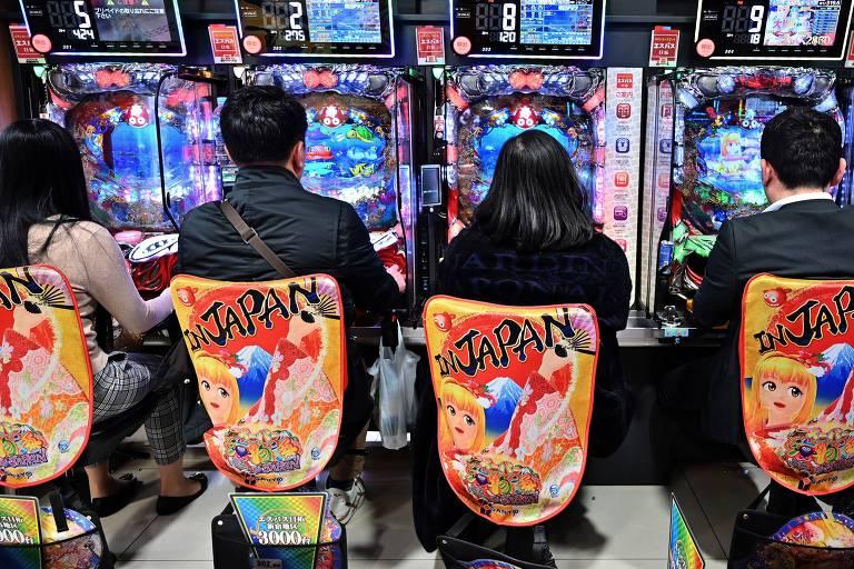 Jovens se divertem com jogos eletrônicos em Tóquio