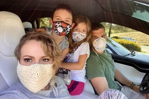 Alyssa Milano publicou foto usando máscara de crochê com sua família