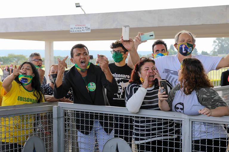 Apoiadores do presidente Jair Bolsonaro ofendem profissionais de imprensa diante do Palácio da Alvorada nesta segunda-feira (25)