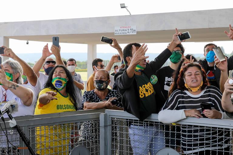 Apoiadores do presidente Jair Bolsonaro xingam profissionais de imprensa que trabalhavam no Palácio da Alvorada na segunda-feira (25)
