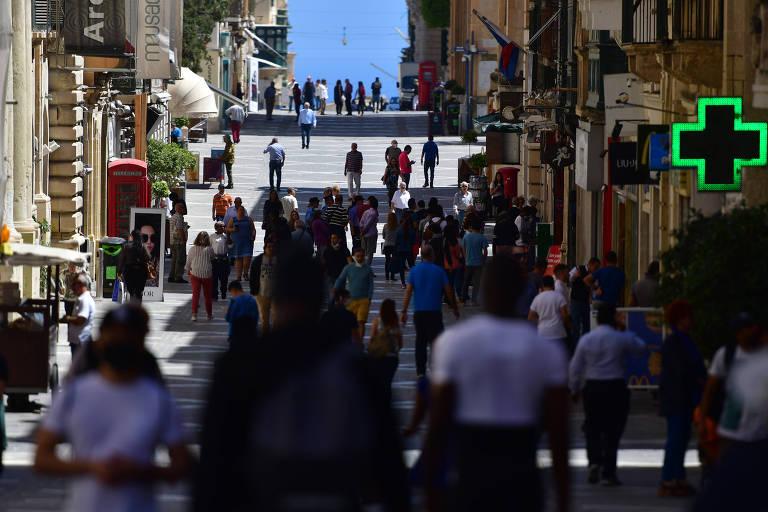 Pessoas voltam às ruas em Malta