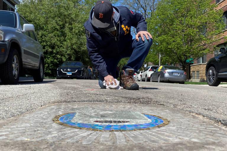 Artista de Chicago preenche buracos nas vias com mosaicos