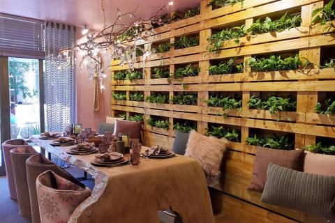 Parede de paletes com jardim interno (vasos de plantas no interior) cristais e cortina de crochê, por Sula Miranda, Isabella Nalon e Juliana Atti