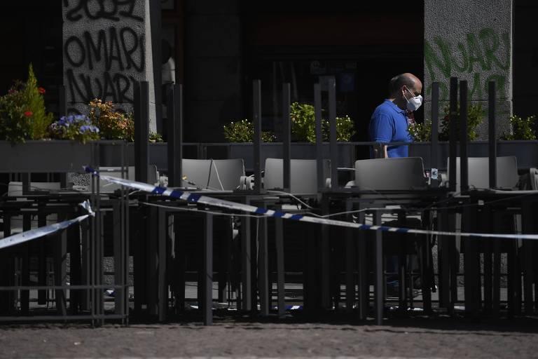 Homem prepara bar na Plaza Mayor, em Madri