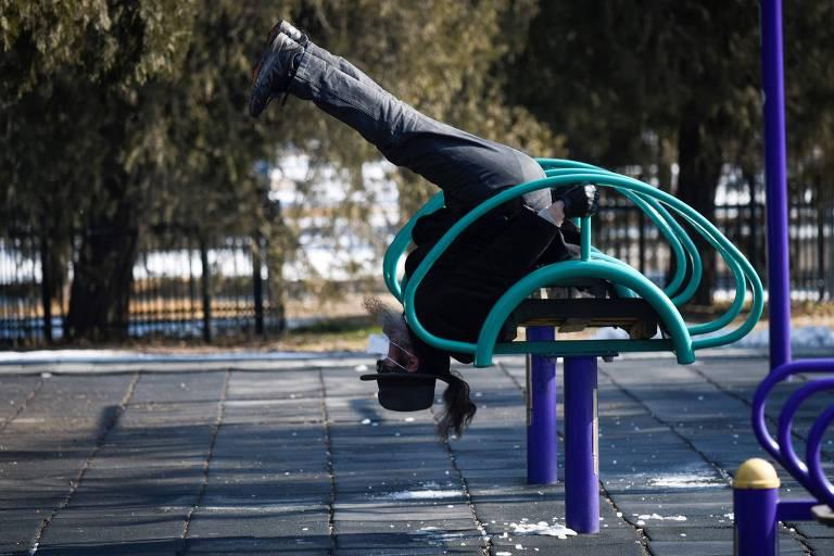 Homem se exercita em parque em Pequim; risco de contágio em ambientes abertos é mais baixo, mas existe