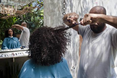 SAO PAULO, SP, BRASIL, 10-11-2011: O cabeleireiro Wilson Eliodoro mostra tendncia de corte de cabelo para mulheres com cabelo crespo, em seu salao nos Jardins, zona sul de Sao Paulo, em 10 de Novembro de 2011. (Foto: Gabo Morales/Folhapress, EQUILIBRIO) ***EXCLUSIVO FOLHA***