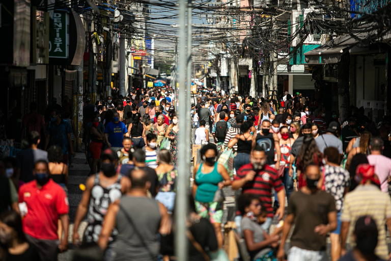 Movimento em Duque de Caxias após comércio reabrir com o aval do prefeito
