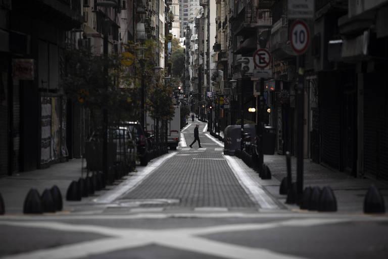 A cidade Buenos Aires permanece vazia após governo endurecer medidas de confinamento na capital argentina