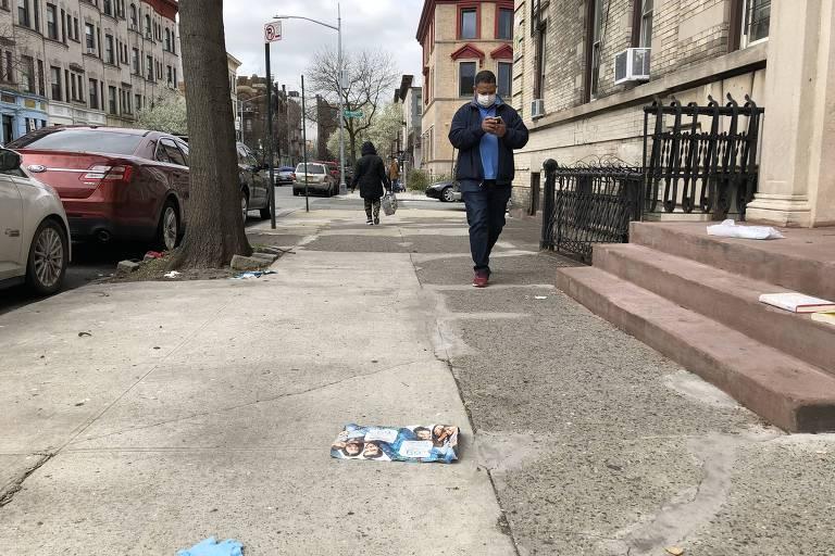 Máscaras e luvas são abandonadas nas ruas de Nova York