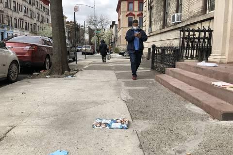 Máscaras e luvas são abandonadas nas ruas de Nova York Crédito: Mariana Lajolo