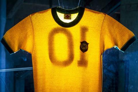 SÃO PAULO, SP, BR 11.05.2018 Camiseta que Pelé usou na Copa de 70, exposta no Museu do Futebol (Foto: Adriano Vizoni/Folhapress)