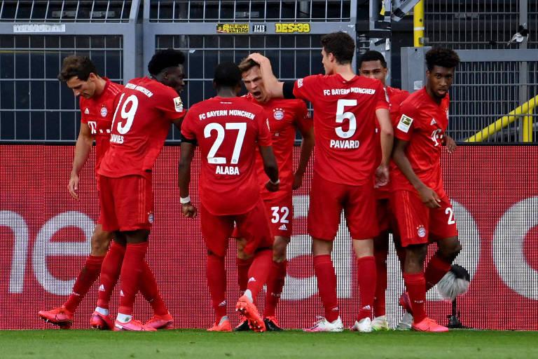 Jogadores do Bayern de Munique comemoram o gol de Joshua Kimmich