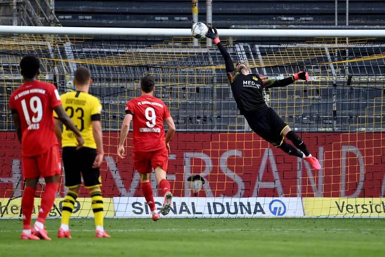 O goleiro Bürki se estica, mas não consegue evitar o gol de cobertura marcado por Kimmich