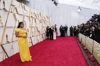 Atriz, roteirista e produtora Mindy Kaling posa para fotos no tapete vermelho da 92� cerim�nia do Oscar