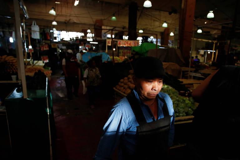 Homem no mercado La Merced, na Cidade do México, em meio à pandemia de coronavírus