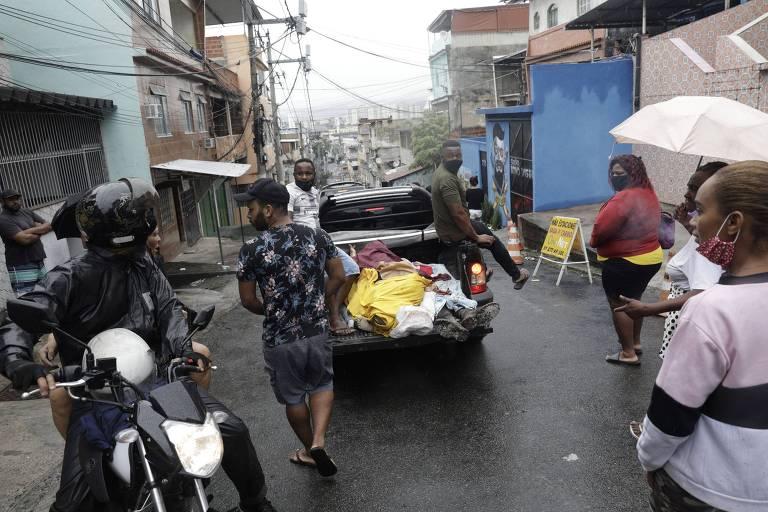 Veículo leva corpos após operação no Complexo do Alemão, no Rio, em que 12 morreram