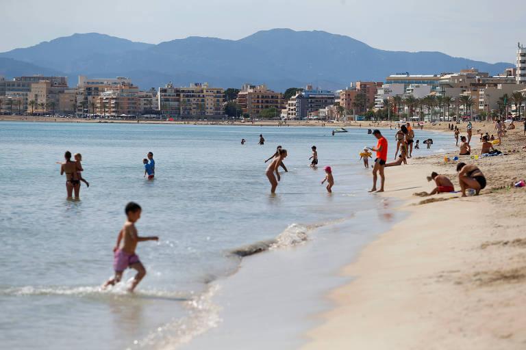 Banhistas na praia de El Arenal, em Mallorca, na Espanha