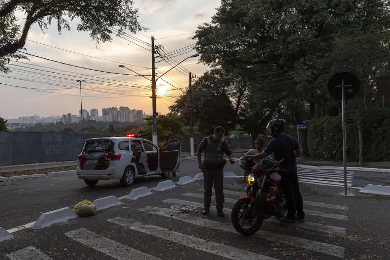 Policiamento em praça na zona oeste da cidade de São Paulo durante a quarentena