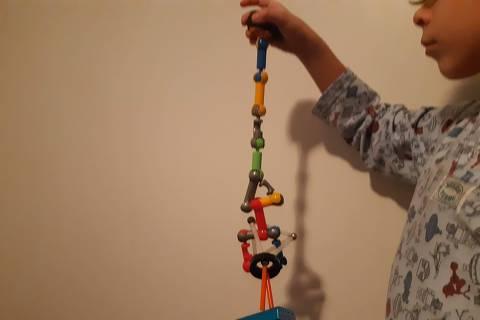 Andrés, 8, brinca com peças de encaixe