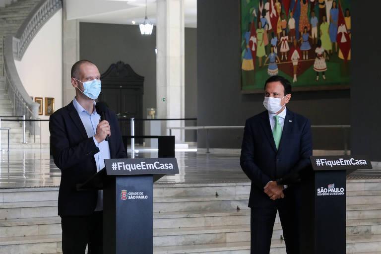 O prefeito Bruno Covas (PSDB) e o governador de São Paulo, João Doria (PSDB), durante coletiva no Palácio dos Bandeirantes