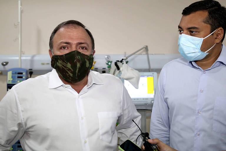 À esquerda, o ministro interino da Saúde, Eduardo Pazuello, o terceiro a assumir a pasta durante a crise da Covid-19