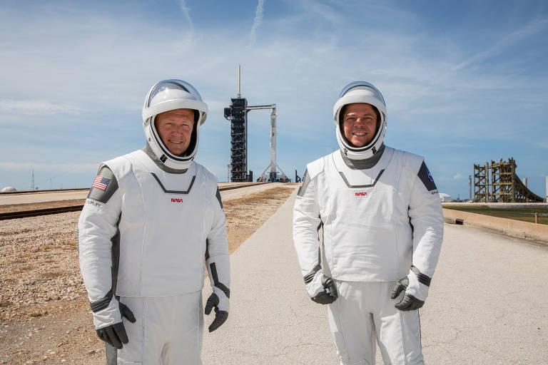 Os astronautas da Nasa Douglas Hurley (à esq.) e Robert Behnken participam de ensaio do lançamento no Kennedy Space Center no dia 23 de maio