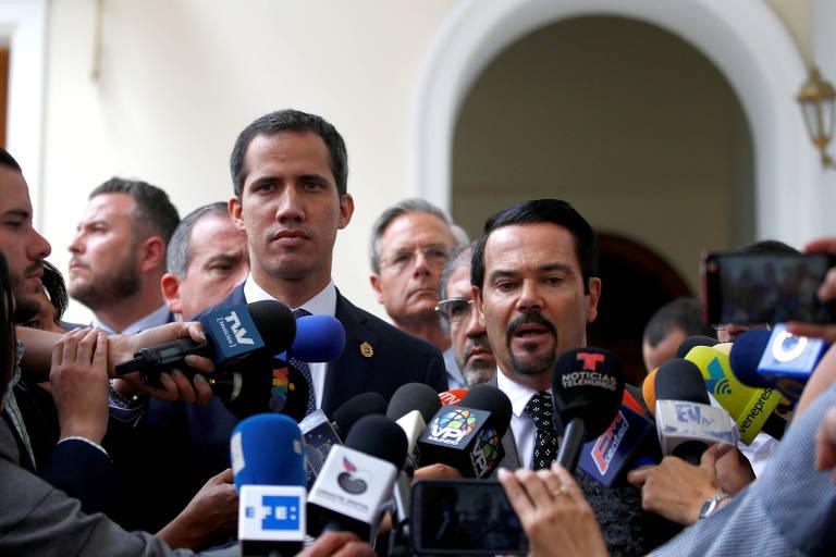 O embaixador francês na Venezuela, Romain Nadal, à dir., ao lado do líder opositor Juan Guaidó, durante entrevista coletiva em Caracas