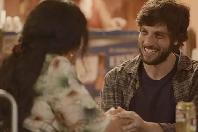 Lurdes (Regina Casé) e Danilo (Chay Suede), em Amor de Mãe