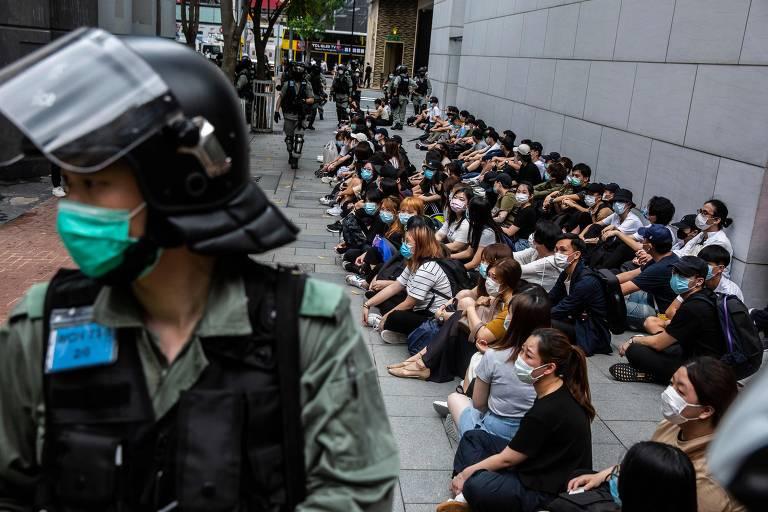 Polícia detém grupo de manifestantes em Hong Kong, durante protesto