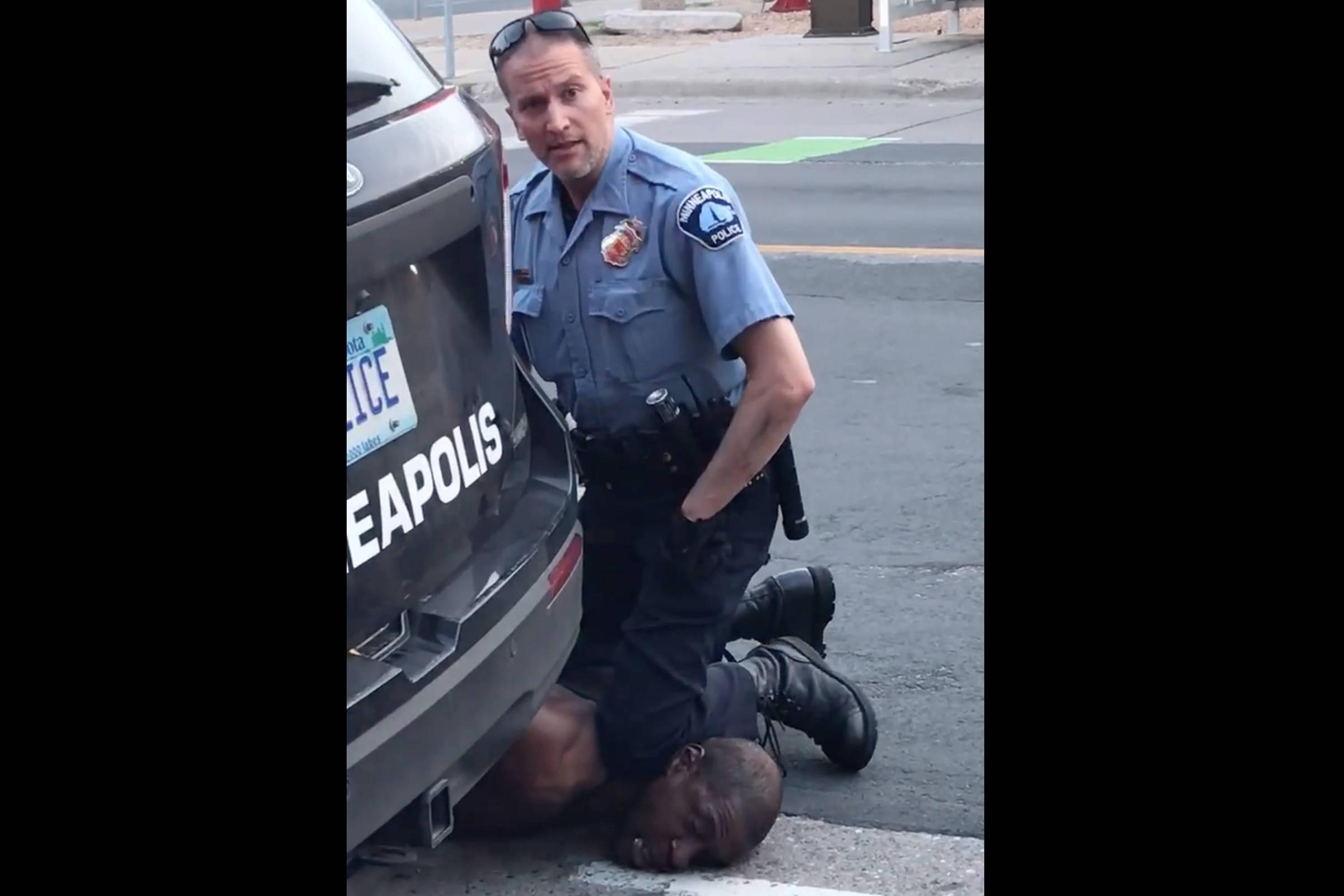 Policial suspeito de assassinar homem negro é preso em Minneapolis