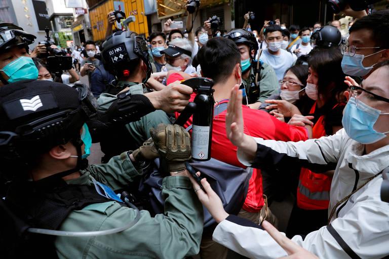 """Polícia reprime protesto contra lei que proíbe """"violar"""" o hino nacional chinês em Hong Kong"""