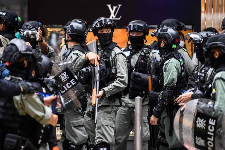 Agentes de segurança dispersam protesto no distrito central em Hong Kong