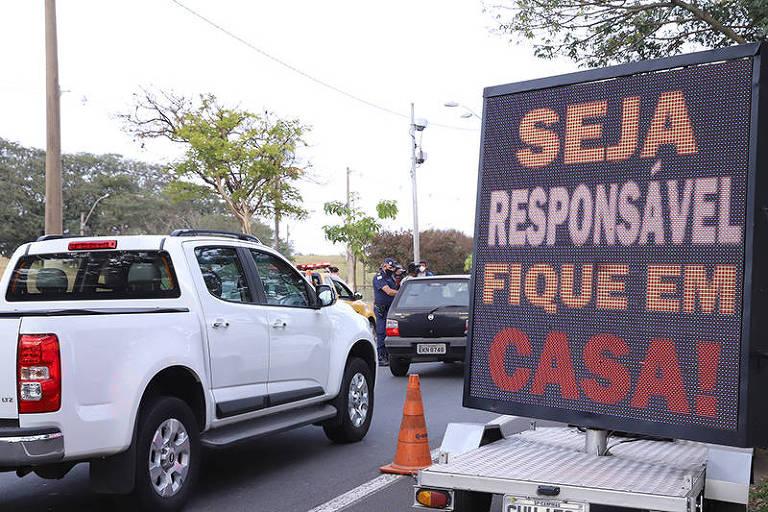 Bloqueio parcial em rua de Campinas (SP) para orientar sobre isolamento social