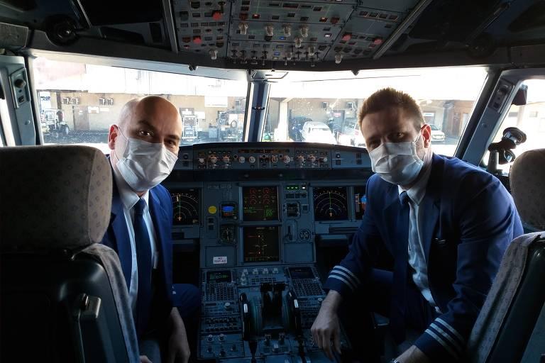 À esquerda, o piloto João Santos, 41, e à direita, o copiloto Lucas Favarin, 32, em voo da Latam