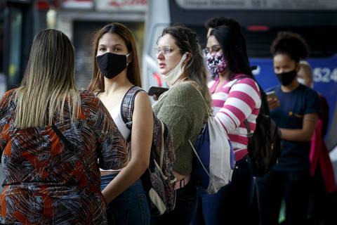 SAO PAULO, SP, BRASIL. 21.05.2020 - COVID 19 -  Motoristas e usuarios de onibus no terminal Santana. (foto: Rubens Cavallari/Folhapress, NAS RUAS)