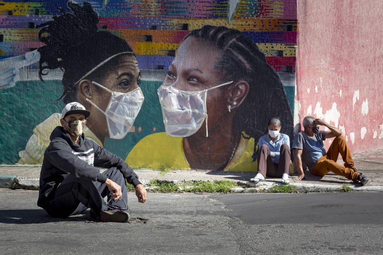 Digão, grafiteiro da Brasilândia tampa com máscaras de plástico os trabalhos feitos na região,  com o intuito de conscientizar a vizinhança sobre a importância de se prevenir contra a Covid-19