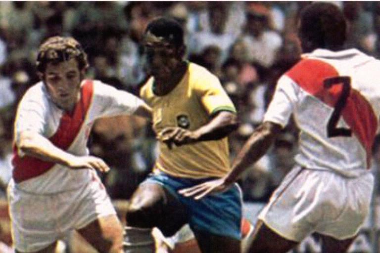 Pelé tenta escapar dos marcadores peruanos nas quartas de final do Mundial de 1970