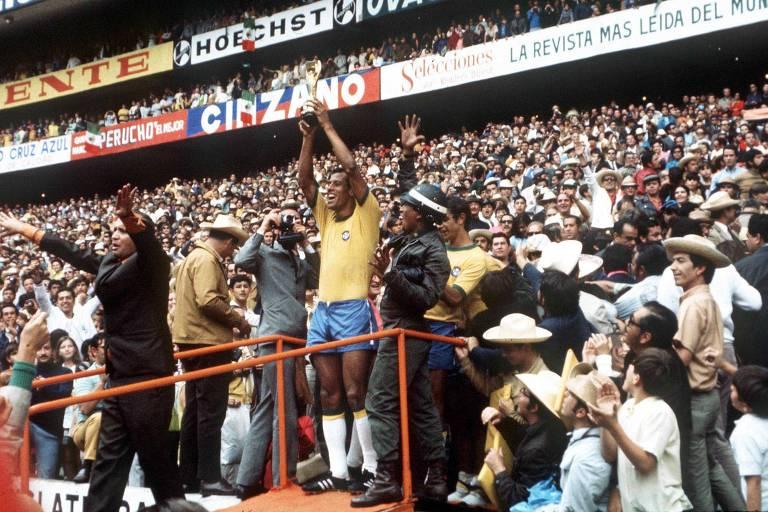 Carlos Alberto Torres ergue a taça de campeão do mundo após o Brasil golear a Itália por 4 a 1 na final da Copa de 1970